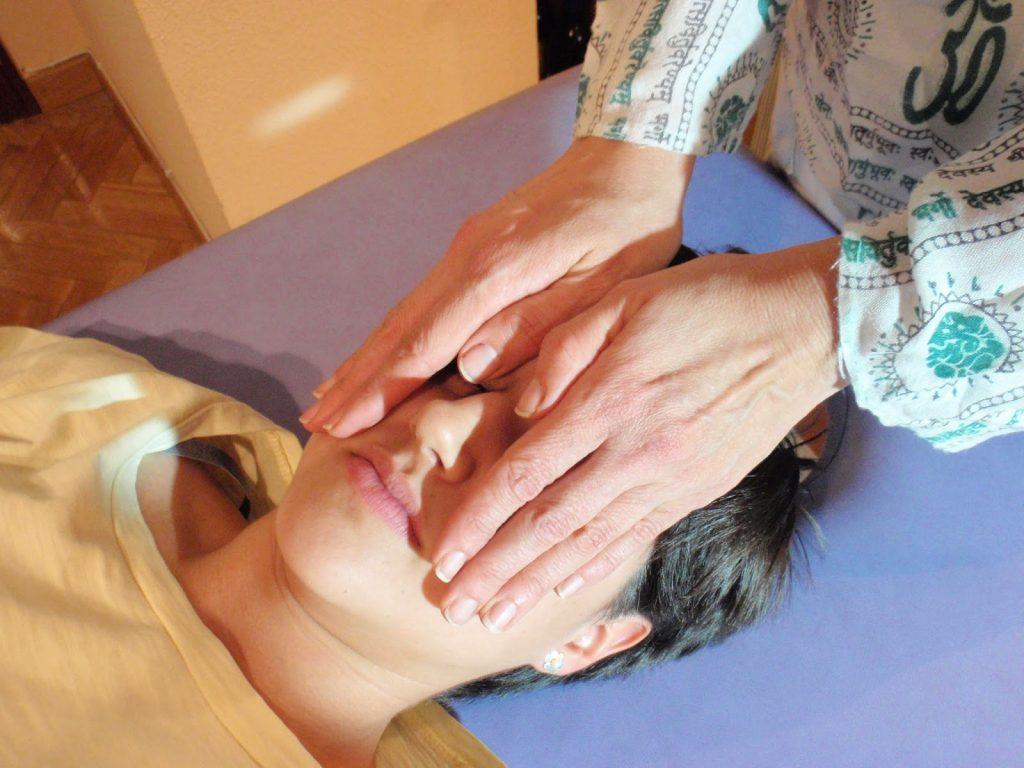 Posiciones tratamiento de Reiki a otra persona tercer ojo