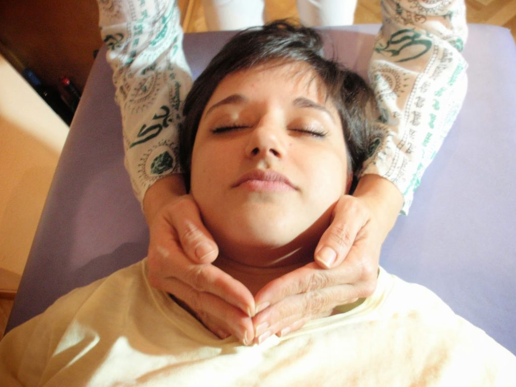 Posicion garganta tratamiento de Reiki a otra persona