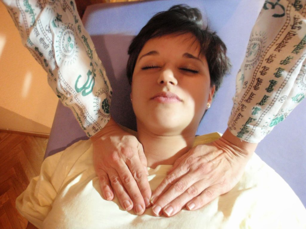 Posicion chakra corazon tratamiento de Reiki a otra persona