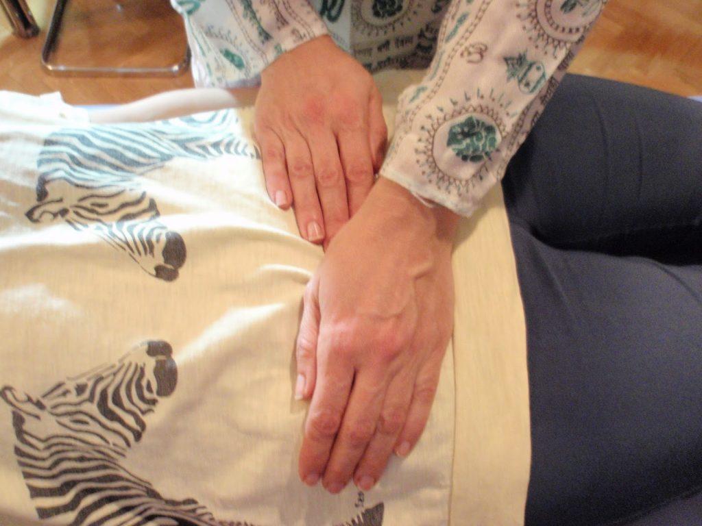 Posiciones tratamiento de Reiki a otra persona - segundo chakra