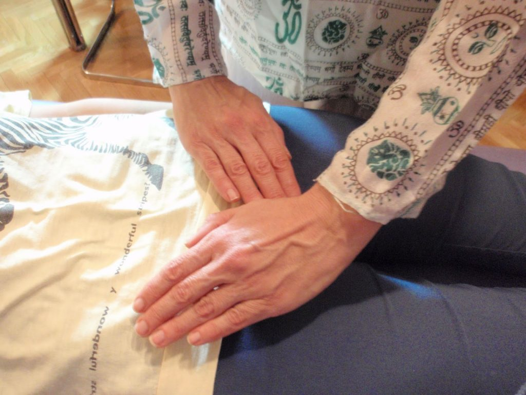 Posiciones tratamiento de Reiki a otra persona - chakra raiz