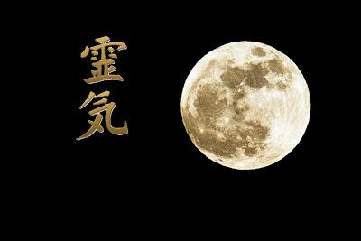 Practicando Reiki con luna llena para tus proyectos